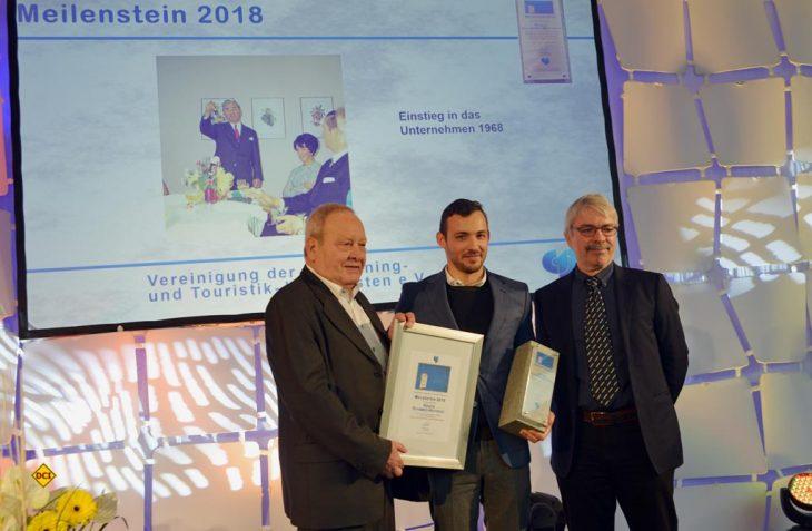 Alexander Wottrich (mitte), Geschäftsführer Technik von Truma, nimmt stellvertretend für seine Mutter den CTJ Meilenstein 2018 von Hans-Jürgen Hess (links) und Raymond Eckel (rechts) vom CTJ-Präsidium entgegen. (Foto: det)