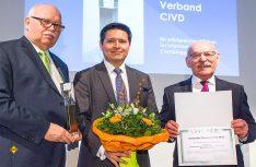 CIVD-Geschäftsführer Daniel Onggowinarso (Mitte) nahm den Preis von Andreas Jörn, Präsident des Deutschen Camping-Clubs (links), und Rudolf Jelinek, Bürgermeister der Stadt Essen (rechts), entgegen. (Foto: Messe Essen)