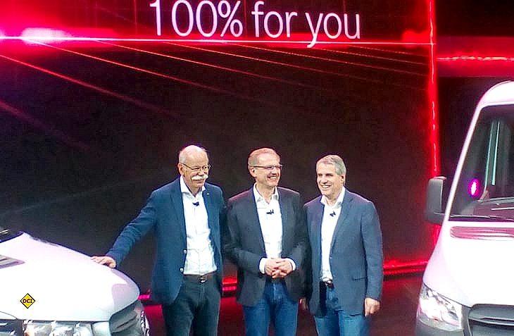 Premiere: (von links) Daimler-Chef Dieter Zetsche, Volker Mornhinweg und Florian Martens von Mercedes-Benz Vans stellen in einer Weltpremiere den neuen Mercedes-Benz Sprinter vor. (Foto: tom)