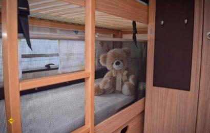 Sicherer Schlaf für die Kleinen - Ruhiger Schlaf für die Eltern: Mit dem Sliiper Rausfallschutz von Ilira Rathgeber gibt es maximale Sicherheit dank 50 Zentimeter hohem Netz. (Foto: Ilira)