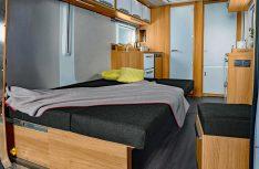 Aus der Sitzgruppe wird ein komfortables Doppelbett im Deseo. (Foto: Knaus)