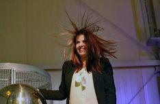 Da stehen einem die Haare zu Berge: Eine Besucherin testet die statische Aufladung. Foto: Luxembourg Science Center)