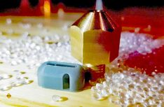 Die Druckdüsen und das Material: High-Flow wurden speziell für den riesigen 3D-Ducker entwickelt, die Perlen des PETG-Kunstoffs kommen mit Tiefladern an den Druckort. (Foto: Create Café 3D Printing Solutions Inc.)