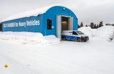 Nach der Kältekammer-Tortour geht´s wieder auf die Schneepiste am schwedischen Polarkreis. (Foto: Mercedes-Benz)