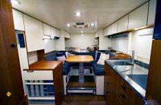 Der Wohnraum ist luxuriöse und praktisch eingerichtet. Die Sitzgruppe kann zu einem weiteren Bett umgebaut werden. (Foto: Unicat)