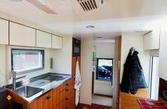 Die großzügige Küche, vor dem Durchgang zu Fahrerhaus der Sanitärraum mit separater Dusche. (Foto: Unicat)