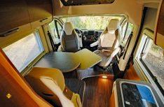 Die Sitzgrupe aus Dinette und drehbareb Fahrerhaussitzen. Der Tisch kann erweitert werden. (Foto: det)