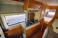 Der funktionale Küchenblock Im VanTourer hat alles, was nötig ist an Bord. Ein Klapptischchen erweitert die Arbeitsfläche. (Foto: det)