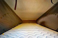 Das Dachbett ist erstaunlich geräumig, Licht und Luft von oben fehlt. (Foto: det)