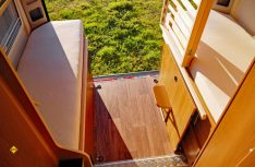 Mit wenigen Handgriffen wird aus dem Heckkbett ein großzügiger Laderaum mit Durchlademöglichkeiten. (Foto: det)