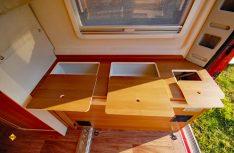 Plus: Praktische Fächer im Bettkasten des Heckbettes bieten viel Stauraum. (Foto: det)