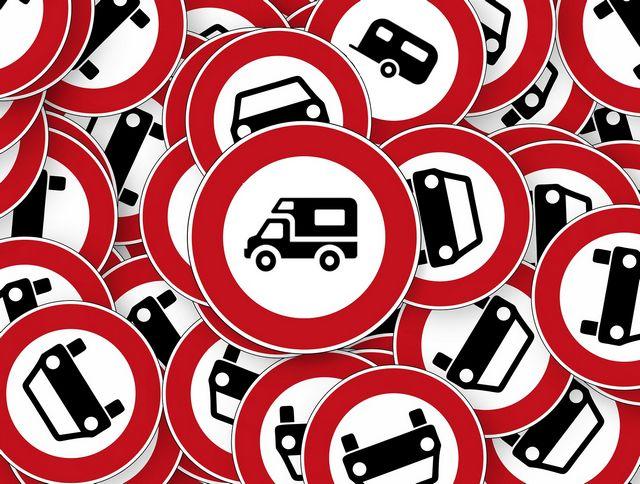 Es drohen massive Einschränkungen bis hin zu Fahrverboten für Wohnmobile und Gespann-Fahrer. (Montage: tom)