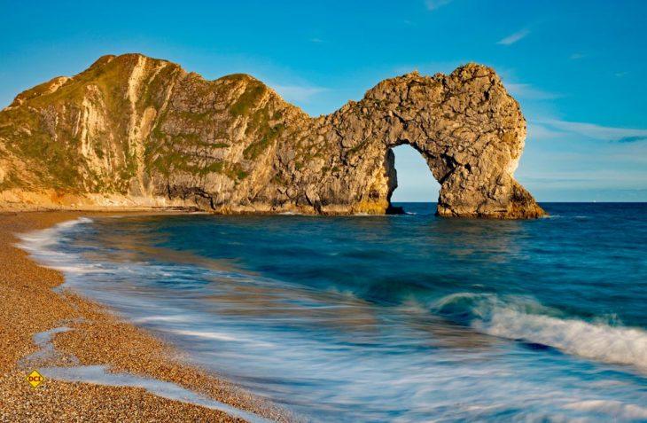 Das UNESCO-Welterbe Jurassic Coast präsentiert nicht nur eine faszinierende Küsten-Landschaft, sondern beeindruckt den Besucher mit außergewöhnlichen Felsformationen wie das weltbekannte Durdle Door. (Foto: VisitBritain / England`s Coast)