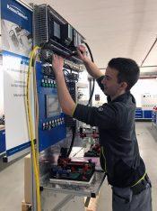 Der angehende Mechatroniker Alexander Maier arbeitet an der Schaltschrank-Übungsstation. Er ist bereits am Ende seiner Ausbildung und möchte künftig gerne im Bereich Instandhaltung tätig sein. (Foto: Knaus-Tabbert)