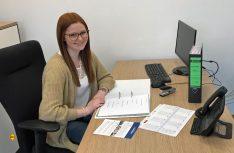Christina Lindbüchl an ihrem derzeitigen Arbeitsplatz in der Personalabteilung. Sie wird Fremdsprachen-Industriekauffrau bei Knaus-Tebbert. (Foto: Knaus-Tabbert)