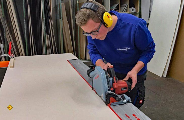 Holzmechaniker-Azubi Patrick Mandl schneidet konzentriert eine Platte zu. Er fühlt sich im Team von Knaus Tabbert sehr wohl und sieht seine berufliche Zukunft auch langfristig im Unternehmen. (Foto: Knaus-Tabbert)