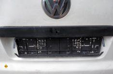 Kennezeichen entfernen und den alten Nummernschildhalter abschrauben. (Foto: det)