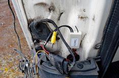 Der Transmitter für die Funkübertragung wird im Heckbereich innen oder - wie hier - wassergeschützt hinter der Heckleuchte angeklebt und verkabelt. (Foto: det)