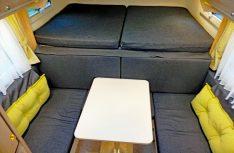 Das riesige Alkovenbett mit kommodem Federtellersystem. Die Sitzgruppe davor wird zum weiteren Doppelbett. (Foto: det)