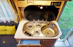 Klein und kompakt: Der Küche fehlt es an Arbeitsplatz. (Foto: det)