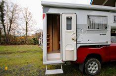 Plus: Die seitliche Eingangstür mit Fenster, Mülleimer und einer elektrischen Stufe. (Foto: det)