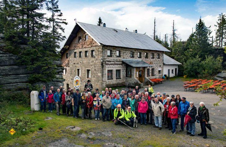 Auch 2018 findet das Reisemobil-Treffen Böhmerwald von Kerstin und Albert Knaus im Dreiländereck im Bayerischen Wald statt. Hier die Teilnehmer 2017 auf dem Dreisesselberg. (Foto: Siegfried Orth)