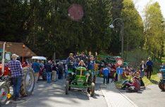 Alte Traktoren sind eindeutig super cool: Die Jugend hat Aktion und kann chillen. (Foto: Camping Fuussekaul)
