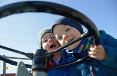 Selbst die Kleinsten haben einen Riesenspass mit den alten Traktoren auf dem Camping Fuusselkaul. (Foto: Camping Fuussekaul)