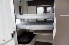 Der Clou im Heck: Zwei elektrische Hubbetten ergänzen das Angebot an Schlafplätzen. (Foto: det)