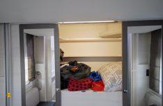 Der riesige Kleiderschrank im Heck ist hinter zwei Schiebetüren versteckt. (Foto: det)