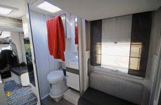 Der Waschraum läßt sich mit einer Lamellentür schließen. Pfiffig: Der klappbare Handtuchhalter unter der Dachhaube. (Foto: det)