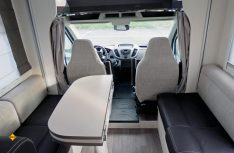 Der freistehende Tisch der Sitzgruppe kann für einen besseren Durchgang zu den Fahrersitzen eingeklappt werden. (Foto: det)