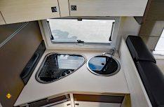 Kompakte Küchenzeile: Trotz guter Ausstattung bleibt auf der Küchenplatte noch Platz zum Arbeiten. (Foto: det)