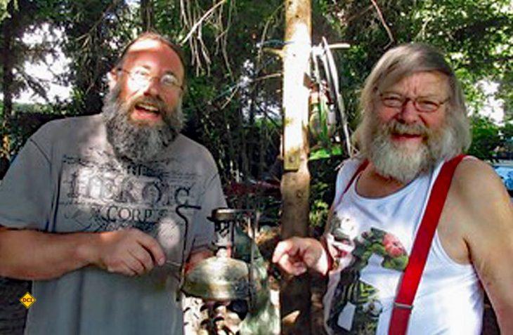 Ober-Hippie Jürgen Schulz (rechts) mit dem Autor Heiko P. Wacker. (Foto: Verlag)