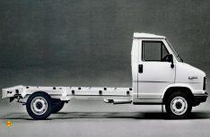 Das orginale Fiat-Chassis eignete sich zu dieser Zeit wegen der Höhe und dem begrenzten Fahrkomfort nicht für ein flaches und flottes Reisemobil. (Foto: Fiat)
