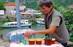 Überall werden an der Straße Naturprodukte im privaten Verkauf angeboten. (Foto: det)