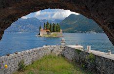 Weltbekannt: Die Bucht von Kotor mit der Klosterinsel Sveti Dorde. (Foto: det / D.C.I.)