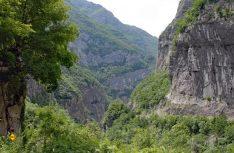 Imposant: Bis zu 1.300 Meter tief ist die Taraschlucht, ein Paradies für mutige Rafter. (Foto: det)