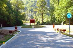 Schön umgesetzt: Der Stellplatz am Naturpark Biogradska Gora. (Foto: det)