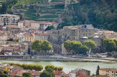 Ab Lyon prägen die Rhone und Weinberge die Landschaft an der Route Nationale 7. (Foto: Cotes du Rhone)