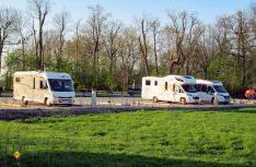 Zehn Reisemobile finden auf dem neuen, idyllisch am Ems-Jade-Kanal gelegenen Stellplatz in Sande Platz. (Foto: Gemeinde Sande)