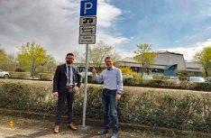 Bürgermeister Christian Aßmann (links) und Jochen Quasten von den Stadtwerken haben pünktlich zur Saison den Wohnmobil-Stellplatz in Geisenheim eröffnet. (Foto: Stadt Geisenheim)