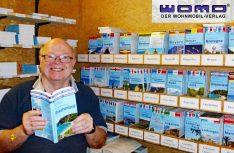 Gut gelaunter Verlagsleiter: Reinhard Schulz kann auf ein stolzes Verlags-Sortiment von über 80 Buchtiteln speziell für Reisemobilisten blicken. (Foto: Verlag)