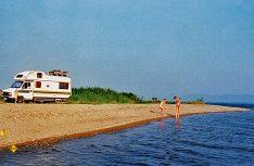 Gut sechs Jahre später begleitete ein Alkoven-Wohnmobil von Heku die Griechenland-Fans an den einsam gelegenen Volvi-See. (Foto: Verlag)