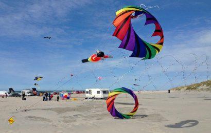 Beim Blokhus-Løkken Wind Festival 2018 treffen sich am 19. und 20. Mai tausende Lenkdrachen-Profis und -fans im dänischen Nordjütland. (Foto: Visit Denmark)