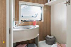 Der Sanitärraum des Dethleffs c´joy 410 QL mit Waschbecken, Cassetten-Toilette und Duschwanne. (Foto: Werk)
