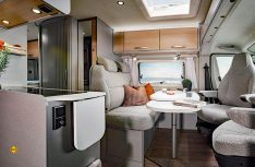 Modern mit hellen Möbeln luftig eingerichtet: Der Wohnraum der Hymercar Free. (Foto: Werk)