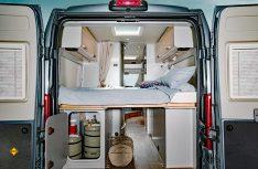Klassischer Campingbus-Grundriss mit einem Heckbett quer. (Foto: Werk)