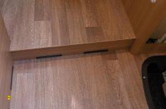 Neuer markanter Bodenbelag: PVC in breiter Stäbchen-Parkett-Optik, (Foto: Werk)
