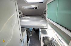 Das Hubbett ist längs angeordnet, einfach zu bedienen und bietet zwei sehr komfortable Schlafplätze. (Foto: det)